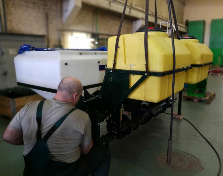 Сборка системы для опрыскивания и внесения гранулированных удобрений.