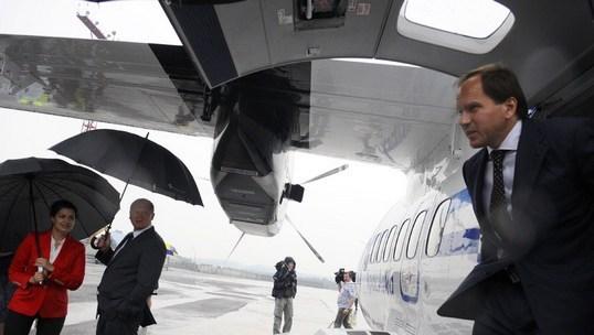 Лев Кузнецов осматривает новый чешский самолёт L-410 UVPE-20