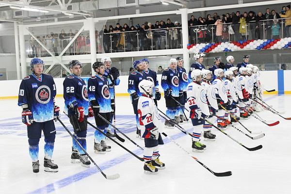 В Новом Уренгое после реконструкции открылся хоккейный корт