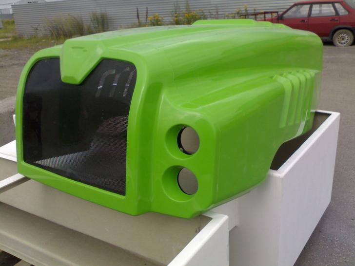 Капот трактора. Цвет зеленый