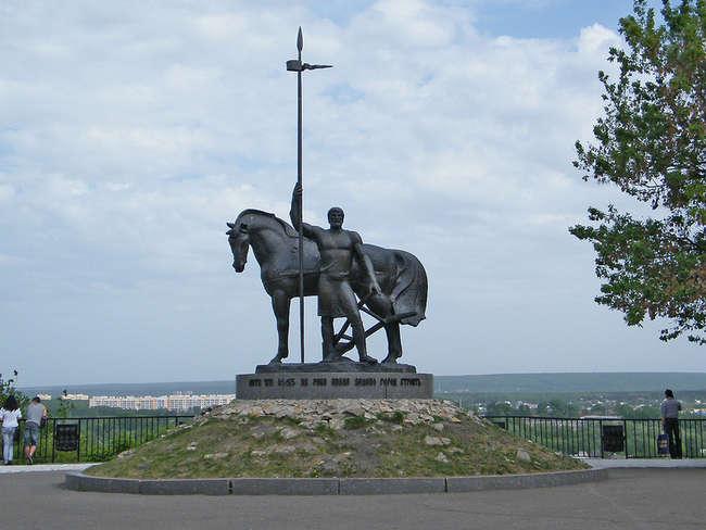 памятник Первопоселенцу установлен в 1980 году в исторической части города, где в 1663 году была возведена крепость Пенза, на склоне холма вблизи слияния рек Пензы и Суры