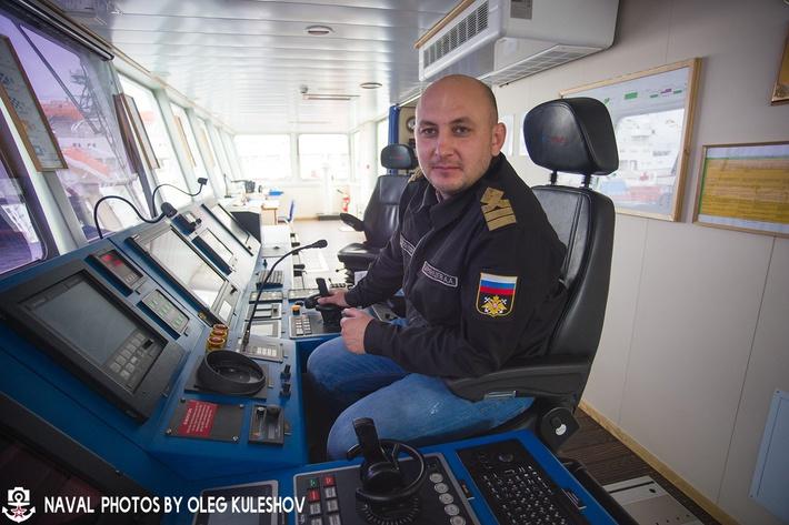 Старший помощник командира корабля на месте судоводителя.