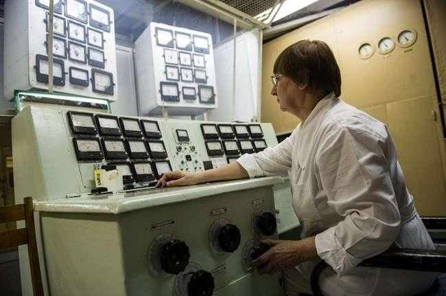 Сепараторная установка СУ-20. Оператор установки за работой следит за процессом ионизации в источнике ионов © ИТАР-ТАСС/Донат Сорокин