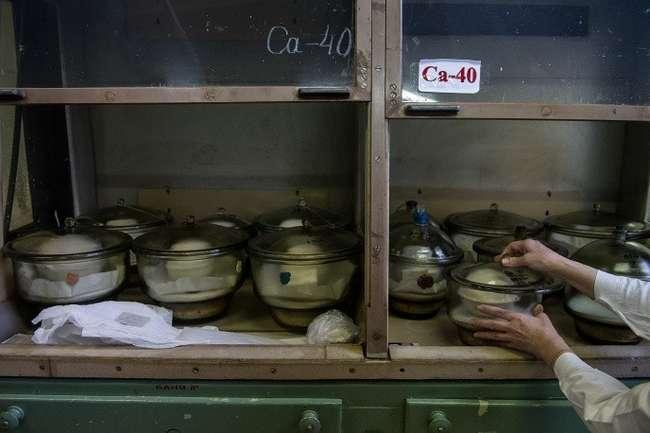 Фасовка готовой продукции (кальций 40, кальций 48, стронций) © ИТАР-ТАСС/Донат Сорокин