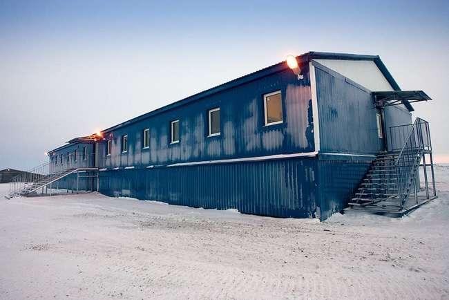 """Вот так выглядит жилье, которое возведено на аэродроме """"Темп"""" (Новосибирские острова) для российских военных"""