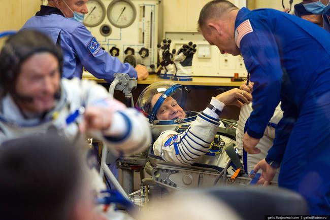 Бортинженер ТПК «Союз ТМА-М», бортинженер МКС-39/40, космонавт-испытатель Олег Артемьев во время проверки скафандра на герметичность. Неоднократно принимал участие в испытаниях по программе «Марс-500»