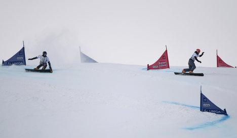 Сноубордисты в параллельном гигантском слаломе
