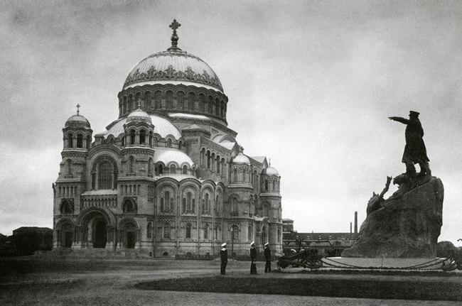 рядом с собором памятник адмиралу Макарову
