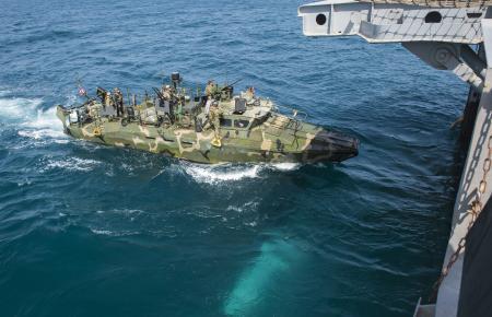 США-речной катер входит в десантник Ponce