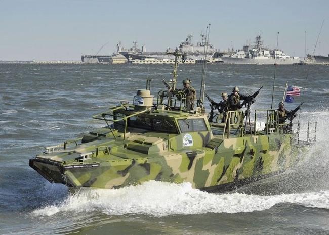 США-CB90 Riverine Command Boat