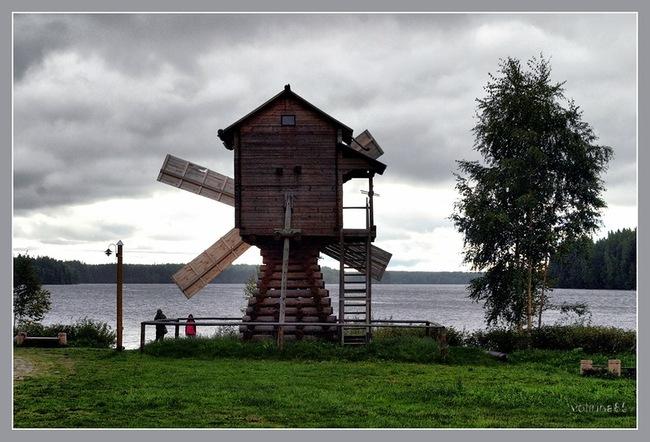 Деревянная ветряная мельница на берегу Свири