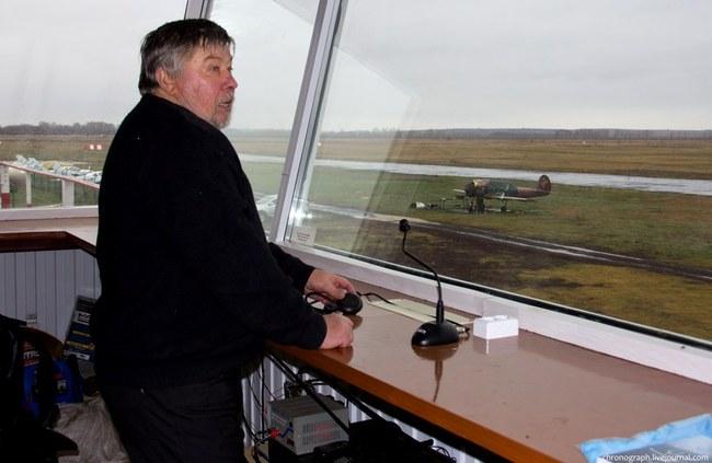 Вячеслав Николаевич показывает взлетно-посадочную полосу. Иногда, когда полетов нет, на территории занимается сельский конно-спортивный клуб.