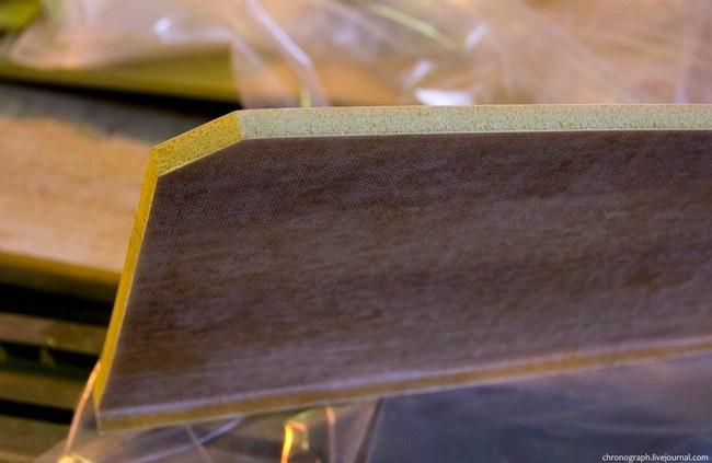 Пенопласт обклеивается с двух сторон специальной тканью и становится прочным, как доска и в тоже время легким. Части самолета, подвергающиеся большим нагрузкам (например днище, или как здесь говорят- лодка) делаются из особо прочного пенопласта в несколько слоёв.