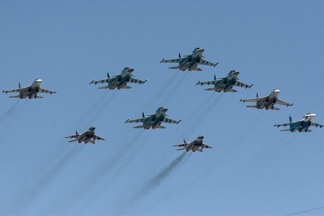 Краешек тактического крыла покрупнее, самолёты сопровождения Су-27 (впереди)...
