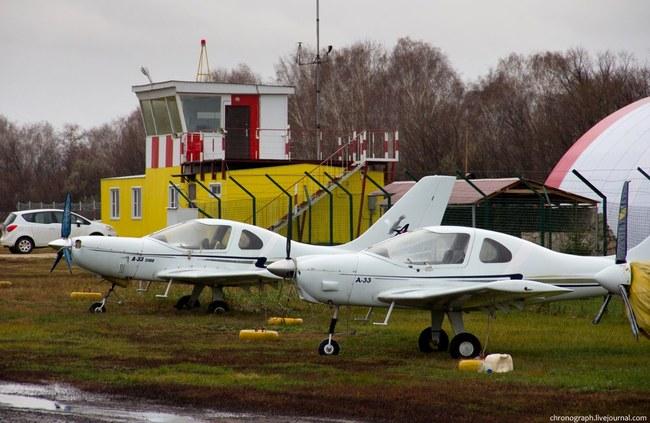 На территории предприятия также находится аэроклуб, куда часто приезжают летчики из Самары.