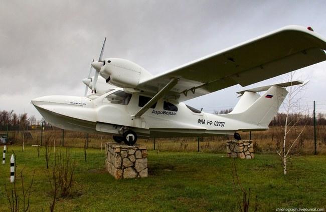 А этот самолет не только выполняет функцию памятника, но по нему и проверяют, как переносит корпус самолета жару, морозы и дожди.