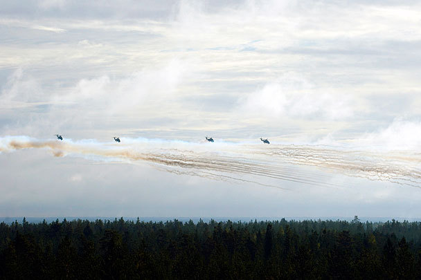 На снимке – пуски неуправляемых авиационных ракет (НАР) С-8 звеном вертолетов Ми-24ПН