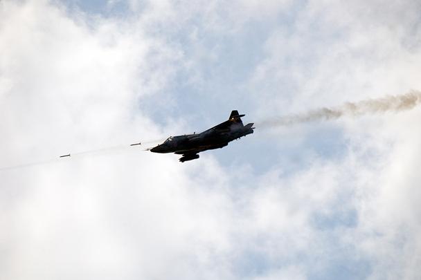 Залп неуправляемыми авиационными ракетами С-8 производит Су-25