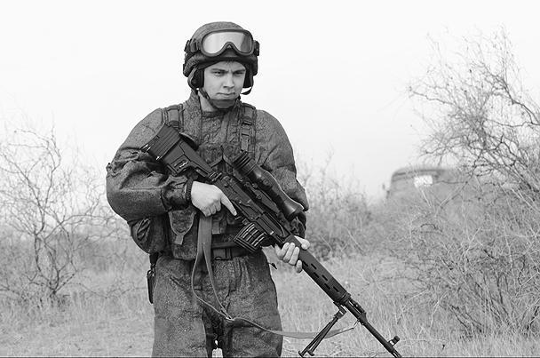 В руках у бойца – модернизированная снайперская винтовка СВД