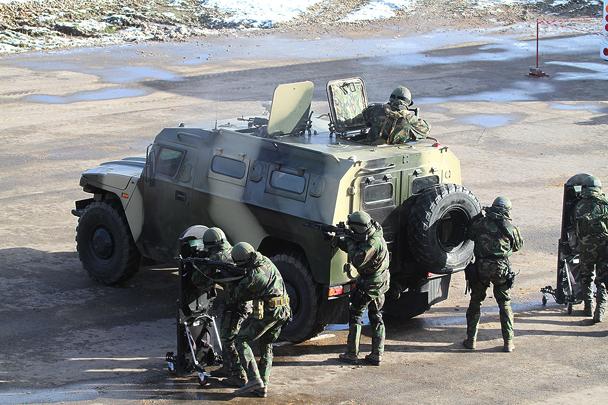 Группа ЦСН ВВ «Витязь» впервые продемонстрировала упражнения с бронированными щитами и стрельбу в особом построении под прикрытием бронеавтомобиля «Тигр»