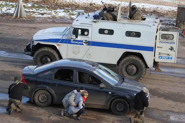 А также отражение нападения на охраняемое лицо и его экстренную эвакуацию под прикрытием бронетехники