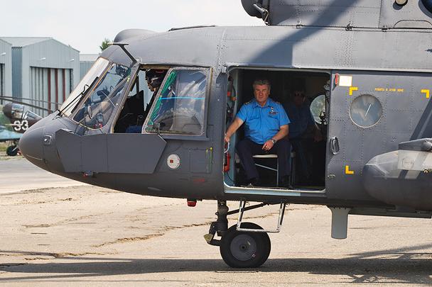 Главком ВВС России Виктор Бондарев на борту вертолета Ми-8МТВ-5-1 перед полетом на полигон Погоново для осмотра мишенной обстановки