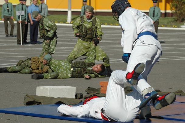 Показательные выступления мастеров армейского рукопашного боя и десантников на церемонии торжественного открытия соревнований