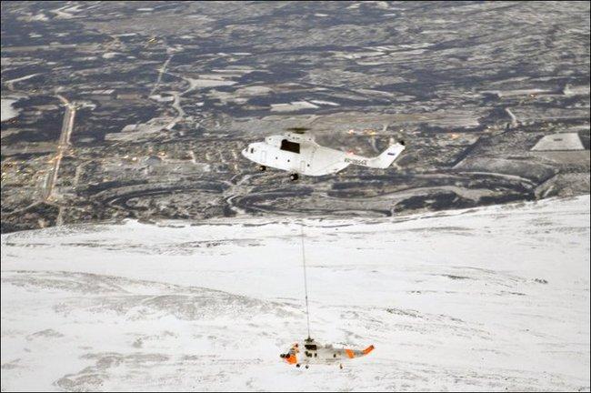 Российский вертолет Ми-26Т (регистрационный номер RA-06044) эвакуирует на внешней подвеске потерпевший аварию вертолет Westland Sea King Mk 43B 330-й эскадрильи ВВС Норвегии. 23.12.2012 (с) 330-я эскадрилья ВВС Норвегии