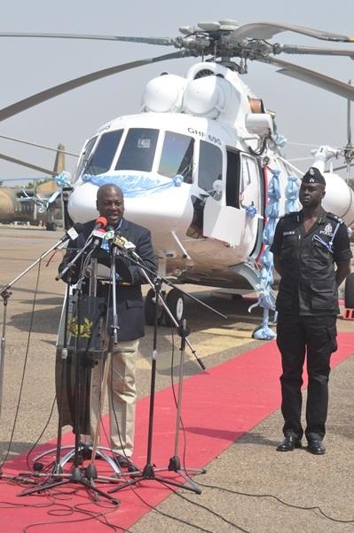 Президент Ганы Джон Драмани Махама на церемонии передачи ВВС Ганы четырех транспортно-боевых вертолетов Ми-171Ш. На заднем плане вертолет с бортовым номером GHF-695. Аккра, 05.01.2013 (с) ghananewsagency.org