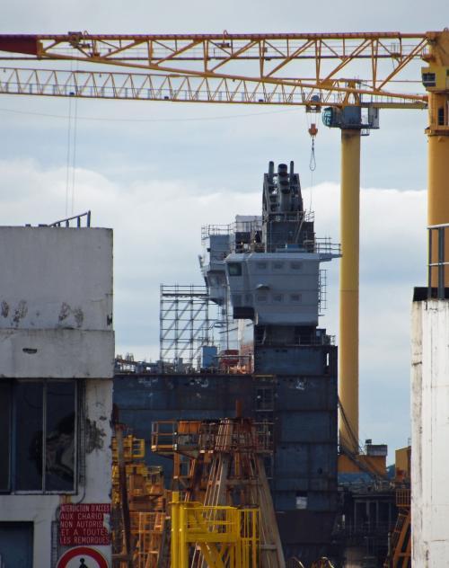 """Строящийся на верфи STX France десантный вертолетный корабль-док """"Владивосток"""" - головной корабль типа Mistral для ВМФ России. Сен-Назер, июнь 2013 года (с) Vincent Grоizеlеаu / www.meretmarine.com"""