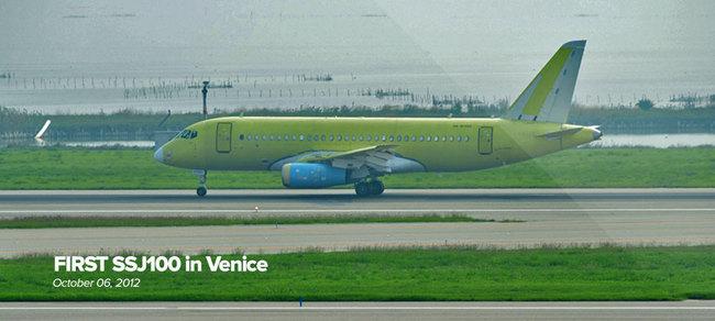 Прибытие самолета Sukhoi Superjet SSJ100-95 в аэропорт Марко-Поло в Венеции