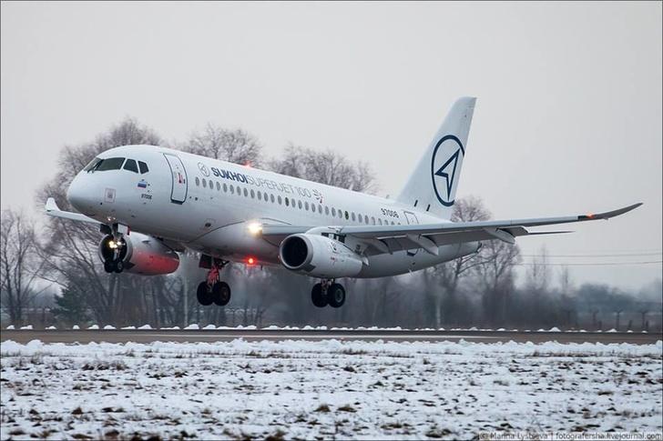 Саблевидные законцовки крыла, установленные на самолете Sukhoi SuperJet SSJ100 (заводской номер 95032, регистрационный номер 97006). Жуковский, 21.12.2017 (с) SuperJet International