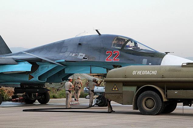 Техобслуживание и дозаправка бомбардировщика Су-34 перед вылетом на базе в районе Латакии (с) kp.ru, РИА Новости
