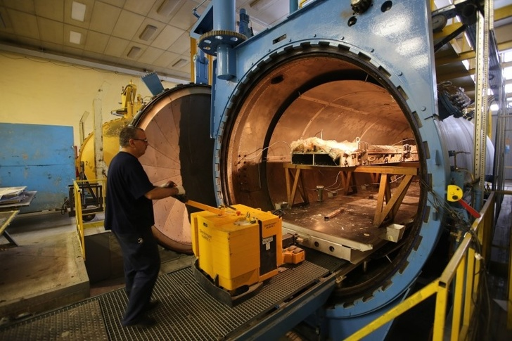 Загрузка в автоклав оснастки для термостатирования изделий из композитных материалов.