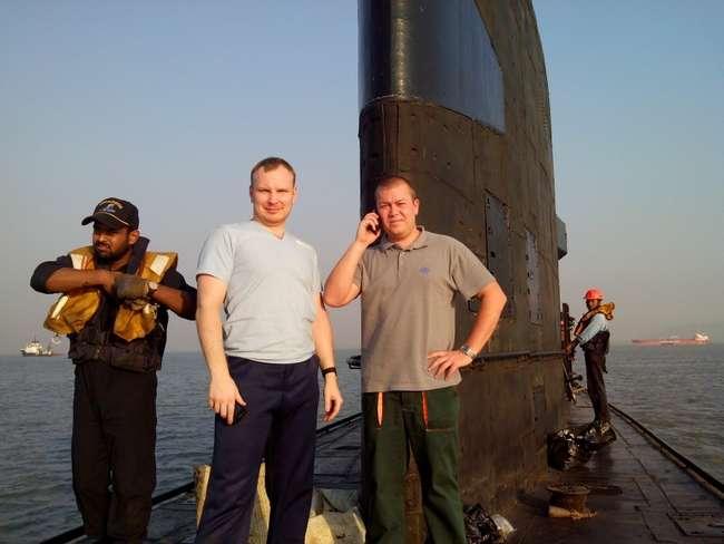 Старший строитель Александр Крамаренко (справа) и переводчик УВТС Илья Клещин на борту подшефной субмарины