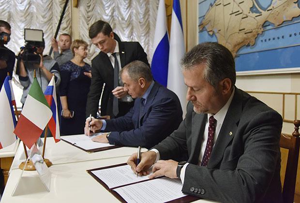 Глава областного совета Венето Роберто Чамбетти (справа) и председатель Государственного совета Крыма Владимир Константинов подписывают совместные документы