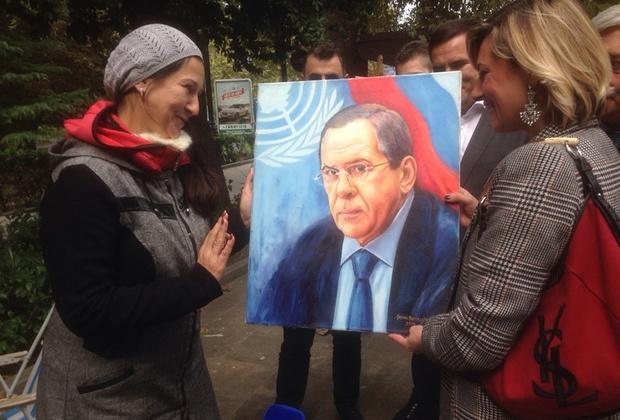 Марина Буфони получает в подарок портрет главы МИД Сергея Лаврова на Ялтинской набережной