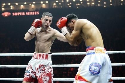 Михаил Алоян (слева) в бою с Александром Эспиносой