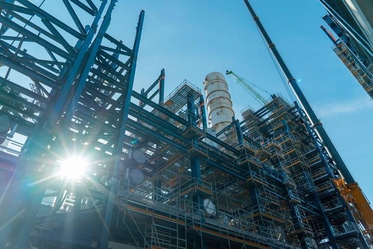 На Омском НПЗ завершен монтаж блока электродегидраторов нового комплекса первичной переработки