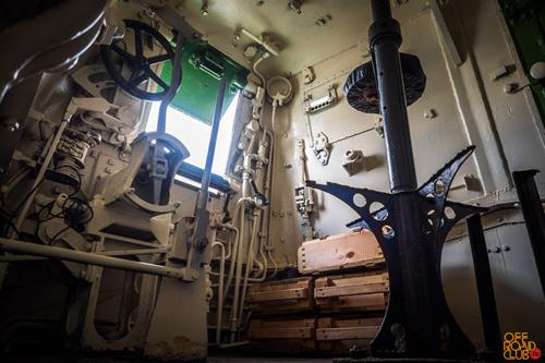 Место машиниста/водителя мотоброневагона имеет обзор во все стороны как через откидные люки, так и через верхний наблюдательный бронекупол.