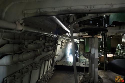 Сбоку от площадки расчета третьей орудийной башни есть узкий проход к моторному отсеку и месту заднего пулеметчика.
