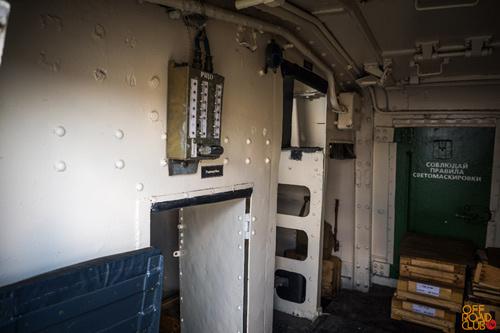 Двери расположены зеркально с двух сторон корпуса, а также есть возможность открытия верхнего люка.
