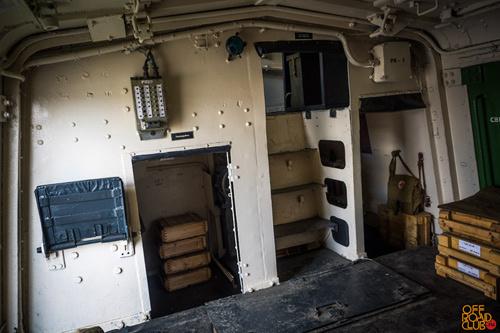 Сбоку от входа расположены радиорубка, проход на место машиниста/водителя и проход к третьей орудийной башне и моторному отсеку.