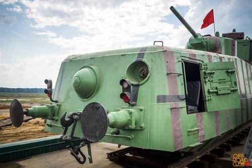 Рядом с моторным отсеком расположен курсовой пулемет в шаровой установке.