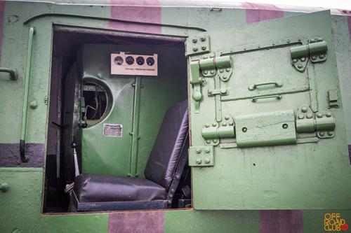 Место пулеметчика имеет датчики и элементы управления мотоброневагоном в дополнение к основным.