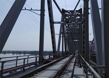На строящемся мосту через реку Зея началась укладка рельсов