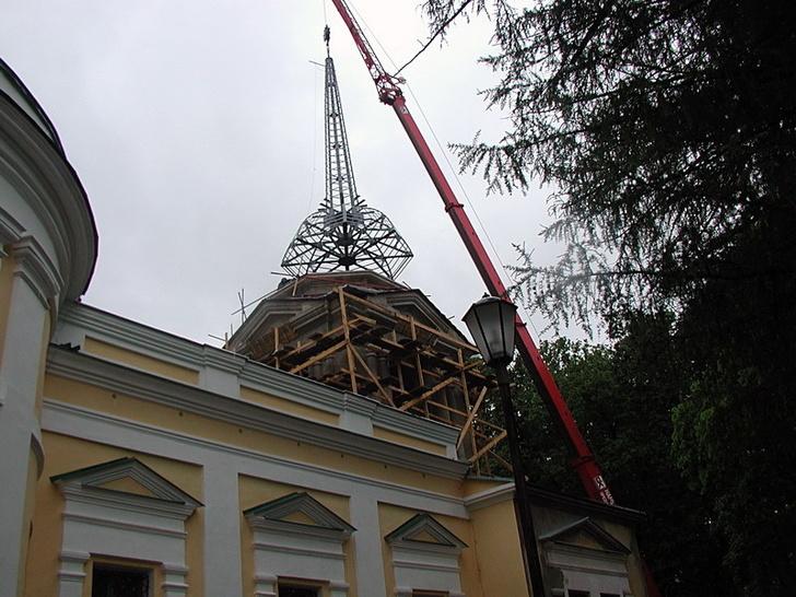 Установка шпиля колокольни 2004 г.