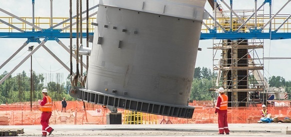 На строящемся Амурском ГПЗ установили самую крупную конструкцию – первую колонну деметанизации