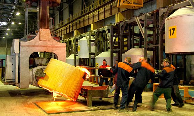 Отлив стекла в блок на Лыткаринском заводе оптического стекла