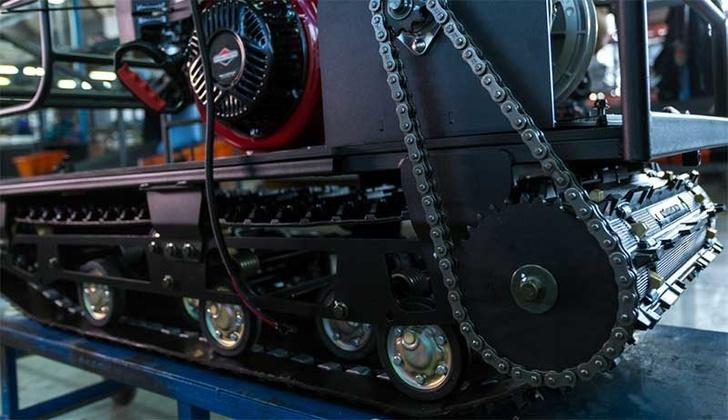 Двигатель установлен, соединён с вариатором и с гусеничным движителем. Машина почти готова